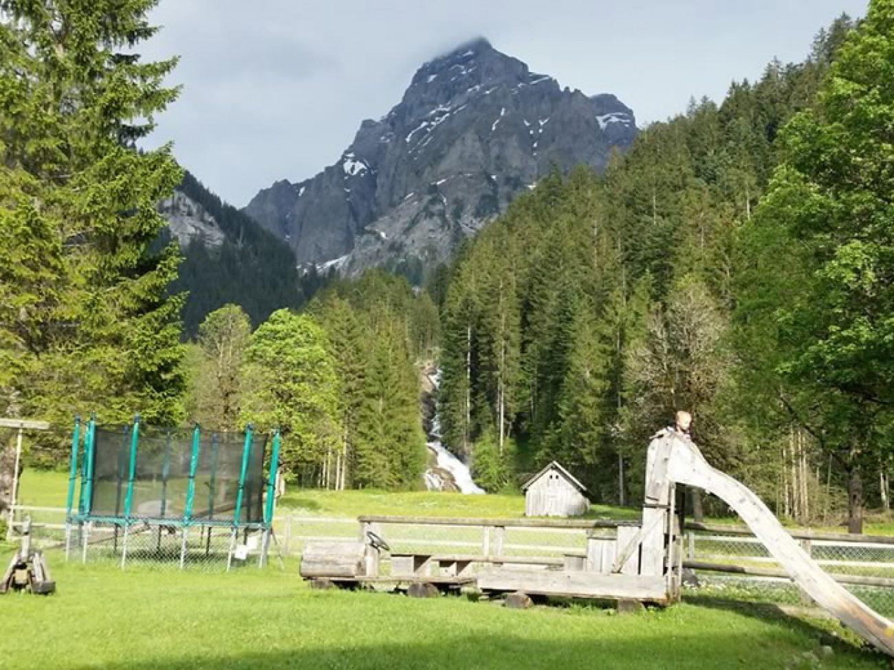Hotel Restaurant Simmenfälle mit Spielplatz für die Kleinen, Sonnenterrasse